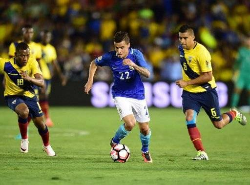 Brazil's Philippe Coutinho (C) controls the ball marked by Ecuador's Carlos Gruezo (L) and Christian Noboa during their Copa America Centenario football match in Pasadena, California, United States, on June 4, 2016. / AFP PHOTO / Frederic J. Brown