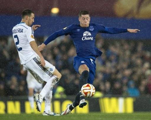Everton's English midfielder Ross Barkley (R) vies for the ball with Dynamo Kiev's Brazilian defender Danilo Silva during the UEFA Europa League last-16 first leg football match between Everton FC and Dynamo Kiev at the Goodison Park in Liverpool on March 12, 2015. AFP PHOTO / OLI SCARFF / AFP PHOTO / OLI SCARFF