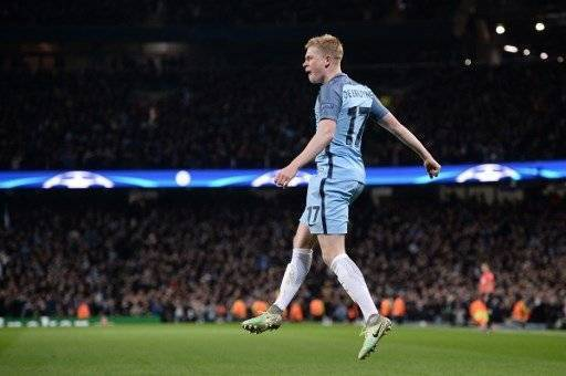 Manchester City's Belgian midfielder Kevin De Bruyne celebrates scoring his team's second goal during the UEFA Champions League group C football match between Manchester City and Barcelona at the Etihad Stadium in Manchester, north west England on November 1, 2016. / AFP PHOTO / OLI SCARFF
