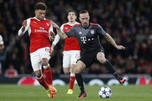 Arsenal's English midfielder Alex Oxlade-Chamberlain (L) vies with Bayern Munich's French midfielder Franck Ribery during the UEFA Champions League last 16 second leg football match between Arsenal and Bayern Munich at The Emirates Stadium in London on March 7, 2017. / AFP PHOTO / IKIMAGES / Ian KINGTON