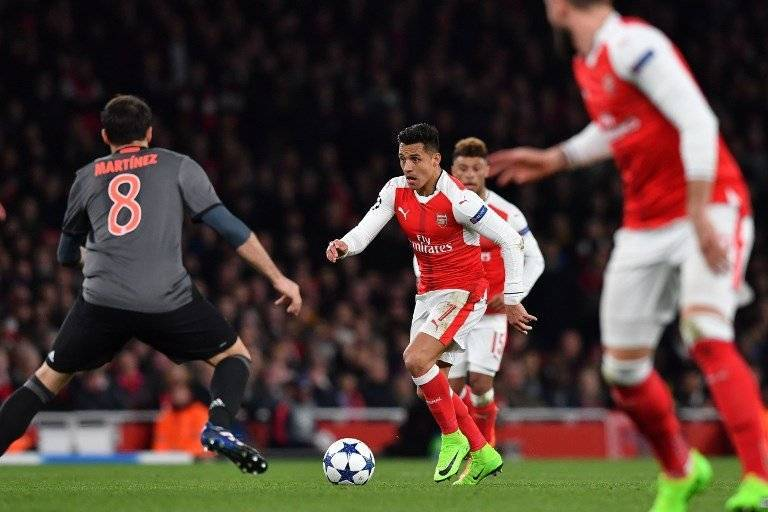 Arsenal's Chilean striker Alexis Sanchez (C) vies with Bayern Munich's Spanish midfielder Javier Martinez during the UEFA Champions League last 16 second leg football match between Arsenal and Bayern Munich at The Emirates Stadium in London on March 7, 2017. / AFP PHOTO / Ben STANSALL