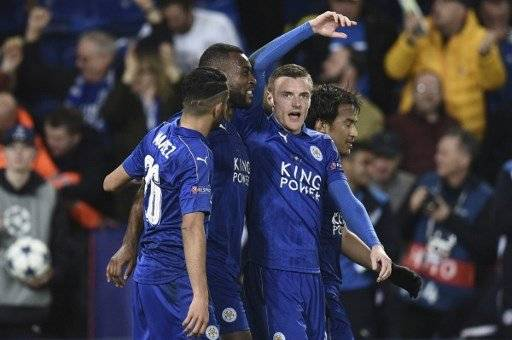 Leicester City's English-born Jamaican defender Wes Morgan (2L) celebrates scoring the opening goal with Leicester City's Algerian midfielder Riyad Mahrez (L), Leicester City's English striker Jamie Vardy (2R) and Leicester City's Japanese striker Shinji Okazaki (R) during the UEFA Champions League round of 16 second leg football match between Leicester City and Sevilla at the King Power Stadium on March 14, 2017. / AFP PHOTO / Oli SCARFF