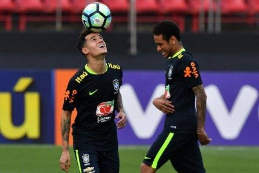 Brazil's team players Philippe Coutinho (L) and Neymar (R) take part in a training session at the Morumbi stadium in Sao Paulo, Brazil on March 25, 2017 ahead of a 2018 FIFA World Cup qualifier match against Paraguay on March 28 in Sao Paulo, Brazil. / AFP PHOTO / NELSON ALMEIDA