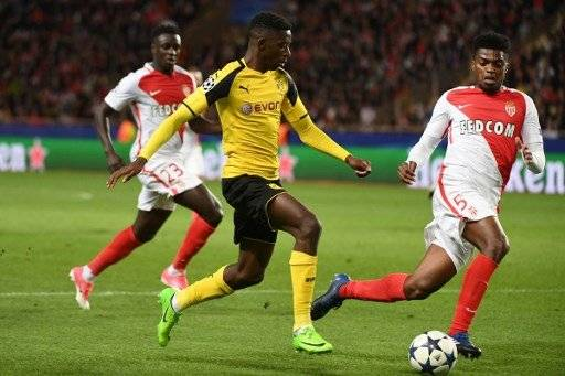 Dortmund's French midfielder Ousmane Dembele (C) outruns Monaco's Brazilian defender Jemerson during the UEFA Champions League 2nd leg quarter-final football match AS Monaco v BVB Borussia Dortmund on April 19, 2017 at the Louis II stadium in Monaco. / AFP PHOTO / BORIS HORVAT