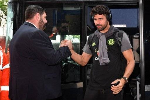 Chelsea's Brazilian-born Spanish striker Diego Costa (R) arrives for the English Premier League match between West Bromwich Albion and Chelsea at The Hawthorns stadium in West Bromwich, west Midlands on May 12, 2017. / AFP PHOTO / Anthony Devlin