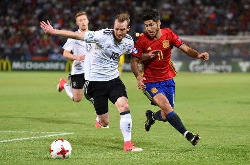 Spain's midfielder Marco Asensio (R) and Germany's midfielder Maximilian Arnold vie for the ball during the UEFA U-21 European Championship football final match Germany v Spain in Krakow, Poland, on June 30, 2017. / AFP PHOTO / Janek SKARZYNSKI