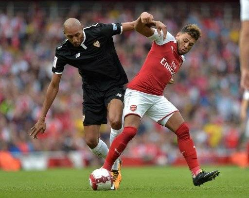 Sevilla's Steven N'Zonzi (L) vies with Arsenal's English midfielder Alex Oxlade-Chamberlain during the pre-season friendly football match between Arsenal and Sevilla at The Emirates Stadium in north London on July 30, 2017, the game is one of four matches played over two days for the Emirates Cup. / AFP PHOTO / OLLY GREENWOOD