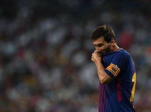 Barcelona's Argentinian forward Lionel Messi gestures during the second leg of the Spanish Supercup football match Real Madrid vs FC Barcelona at the Santiago Bernabeu stadium in Madrid, on August 16, 2017. / AFP PHOTO / GABRIEL BOUYS
