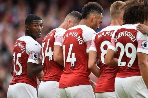 Arsenal's English midfielder Ainsley Maitland-Niles (L) looks back as Arsenal players form a defensive wall - Europa League Betting - Freebets.co.uk