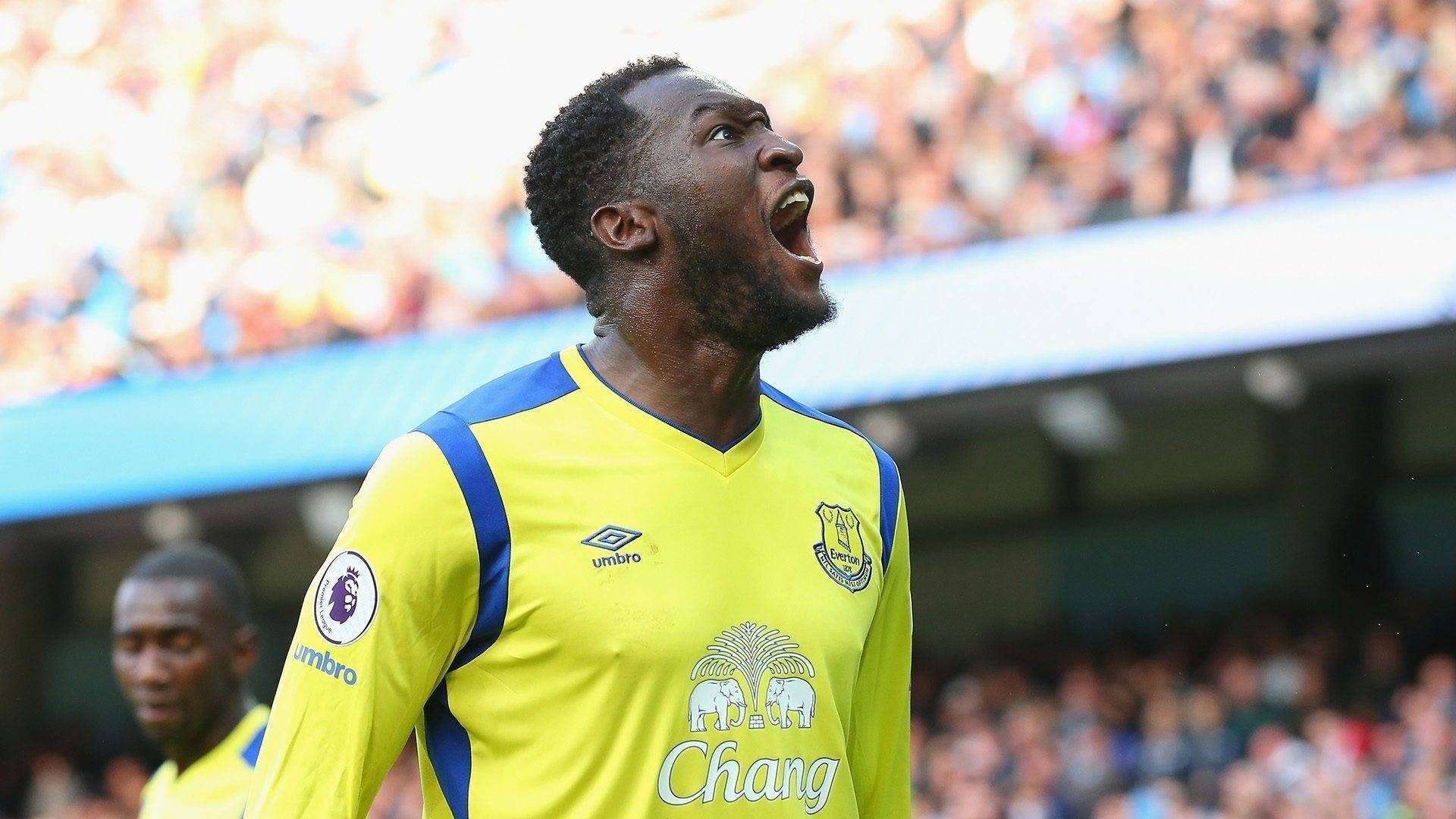 MANCHESTER, ENGLAND - OCTOBER 15: Romelu Lukaku of Everton celebrates scoring his sides first goal during the Premier League match between Manchester City and Everton at Etihad Stadium on October 15, 2016 in Manchester, England. (Photo by Alex Livesey/Getty Images)